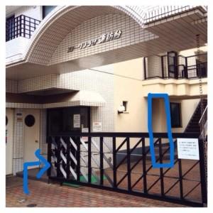 こちらの建物1階左の黒い門を抜けて青枠の101号室になります。