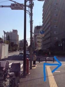 階段をあがり案内板がを右へ。諏訪町の交差点が見えたら右折