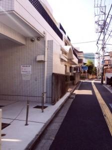 曲がってすぐ左側に白い建物があります。