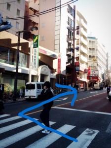横断歩道を渡り右へ直進します。左手には三井住友銀行が目印です。